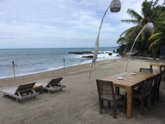 Cafe Alberto: Seating and eating on the beach any one? You can watch the surfers to the right near the rocks.