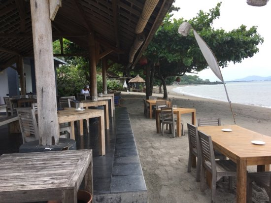 Cafe Alberto: Seating and eating on the beach any one?