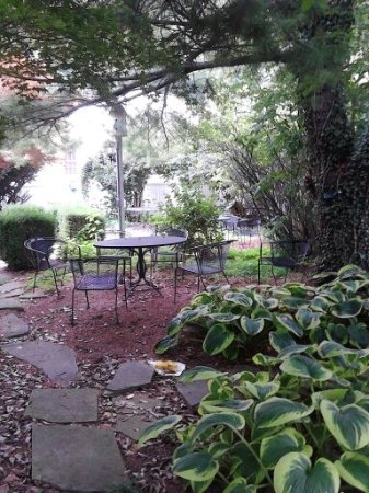 Berkeley Springs, Virgínia Ocidental: Lovely seating area in the patio garden area of the Inn!
