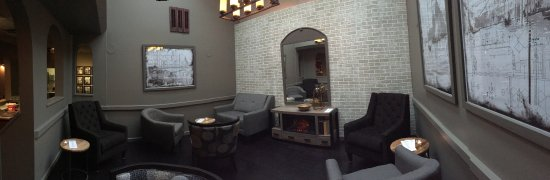 Quesnel, Καναδάς: The lounge is the perfect place for a light appetizer and a classic cocktail from our lounge men