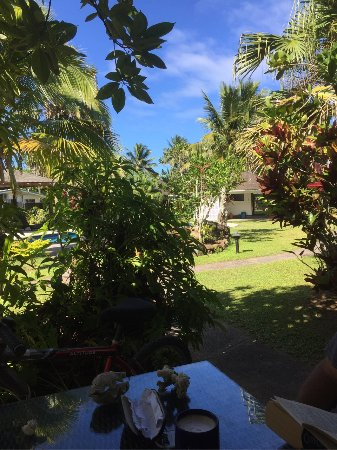 Vaimaanga, Cook Islands: Outdoor dining looking through shrubs to pool area