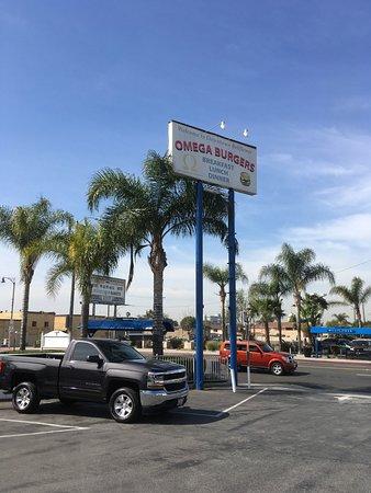 Bellflower, CA: Tall street signs