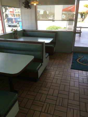 Bellflower, CA: Bench-seating