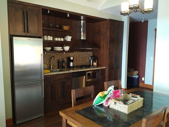 Mayne Island Resort: Kitchen (no oven)