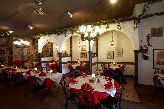 Valparaiso, IN: Dinning room & Fountain.