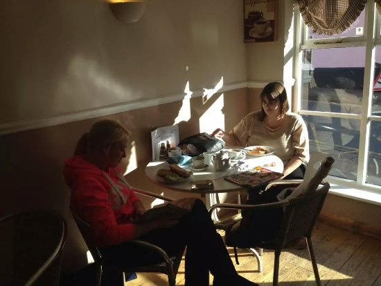 Bidford-on-Avon, UK: Customers enjoying a delicious Lavazza coffee and a bite to eat