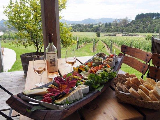 Warkworth, Nueva Zelanda: Large platters of deliciousness, designed for sharing.