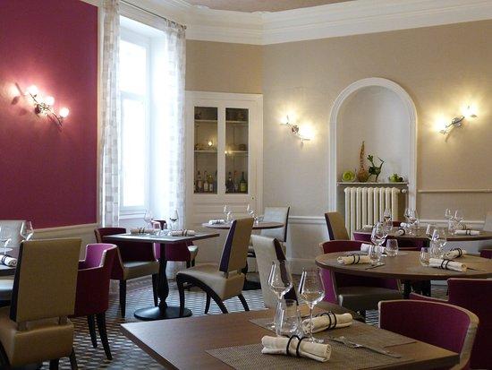 Paray Le Monial, France : Salle de restaurant côté cuisine
