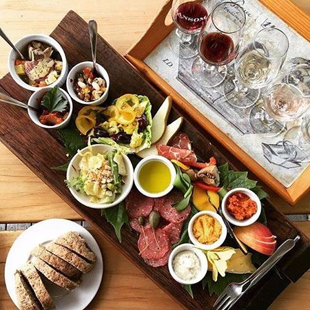 Warkworth, Neuseeland: A platter for two with a flight of five wine tastes.