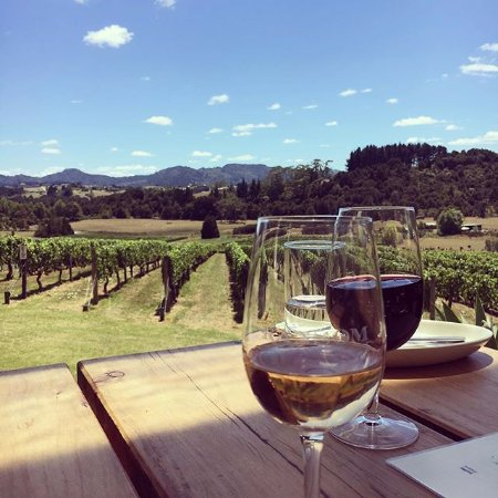 Warkworth, Neuseeland: Enjoy a glass of wine from the range of both rare and classic varieties.