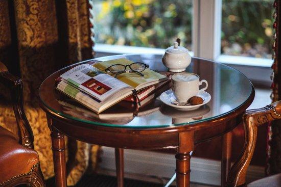 Kronon Restaurant: Что может быть лучше хорошей книги и чашки кофе вечером?