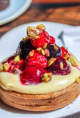 Double Bay, Αυστραλία: Cherry Custard Tart with Berries and Pistachios