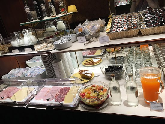 Duodo Palace Hotel: Breakfast bar and the toiletries the hotel provides