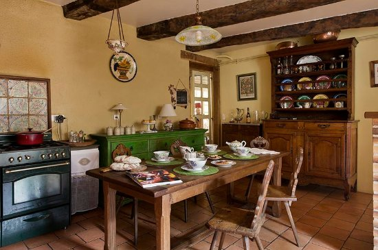Treignac, Γαλλία: table du petit déjeuner dans la cusine
