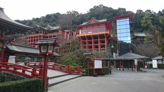 Kashima, Japonia: 祐徳稲荷神社、右側のがガラス張りのエレベーターです