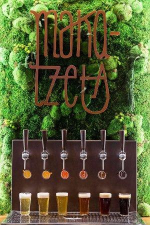 Axpe Achondo, Spanien: 6 Tiradores de cerveza artesana en la barra cuya cerveza va rotando y cambiando habitualmente