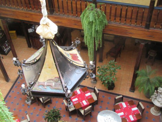 Hotel Los Balcones: View from outside our room down into the dining room