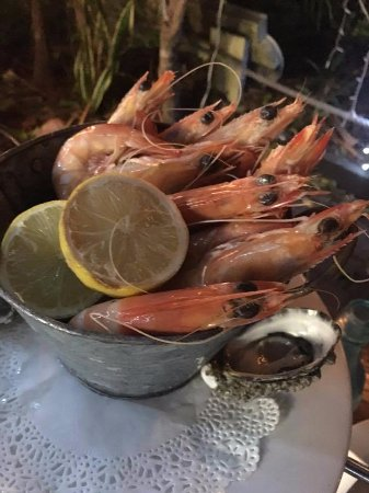 Bribie Island, Austrália: prawns on top of the three layer seafood tower