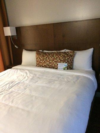 Hotel & Suites Normandin Quebec: Tres belle chambre confortable et belle salle de bain