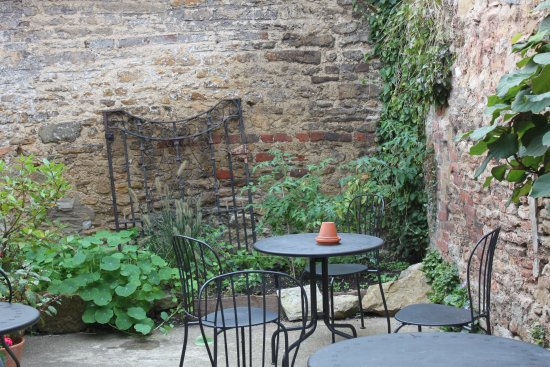 Wincanton, UK: Courtyard garden