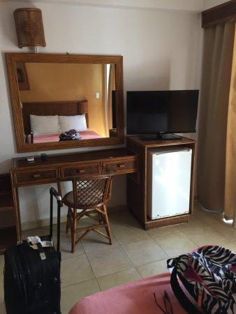 LD Le Flamboyant: Televisor con mas de 100 canales, heladera minibar y pequeño escritorio