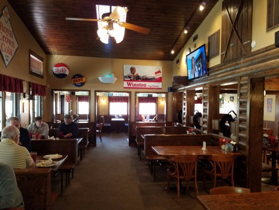 Banner Elk, NC: Huge interior. Homey and comfy, a bit tired and worn.