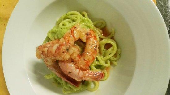 Meina, Italia: Spaghettoni al pesto di zucchine e gamberi