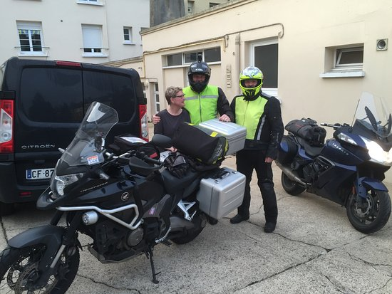 Neufchatel en Bray, France: PARKING MOTO ET GARAGE