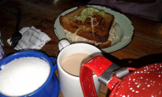 Caledon, Sudáfrica: Chicken mayo and a pot of coffee in tin plates