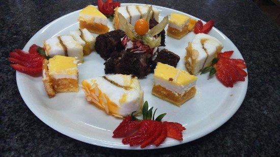 Felgueiras, Portugal: Prato de doces variados.