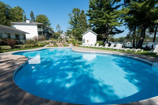 Bayview-Wildwood Restaurant: Outdoor heated pool