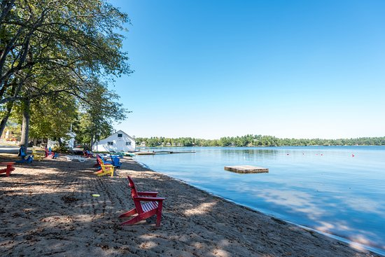 Bayview-Wildwood Restaurant: Sandy beach on beautiful Sparrow Lake