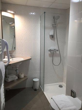 Meyzieu, France: salle de douche avec wc