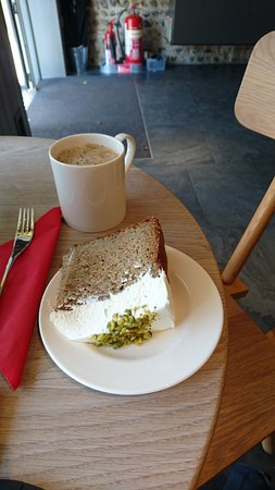 Ditchling, UK: Awesome cakes - baked locally