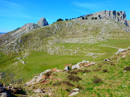 Fondachelli Fantina, Itália: Valle di Levante and Mt Rocca Salvatesta are just over Fondachelli-Fantina