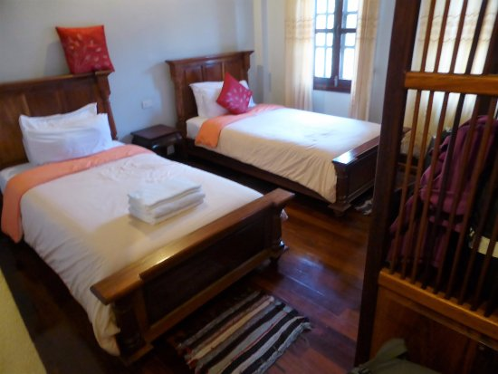 Phounsab Guesthouse: 2 windows with drapes. Air conditioner that worked great.