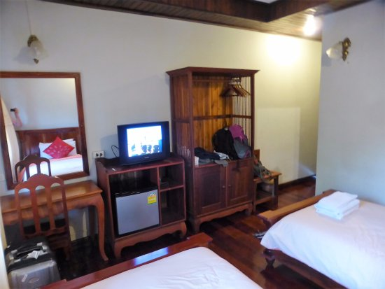 Phounsab Guesthouse: Large room. Wood floor. Cabinet with hangers. Small fridge. Desk