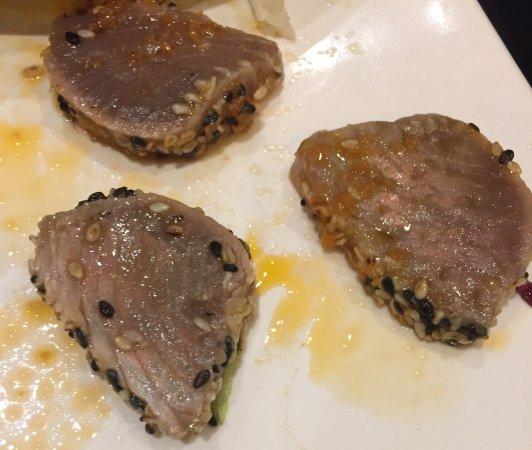 Lavena Ponte Tresa, Italie : Tonno scottato con semi di sesamo (da notare il colore rispetto al tonno del sashimi misto)