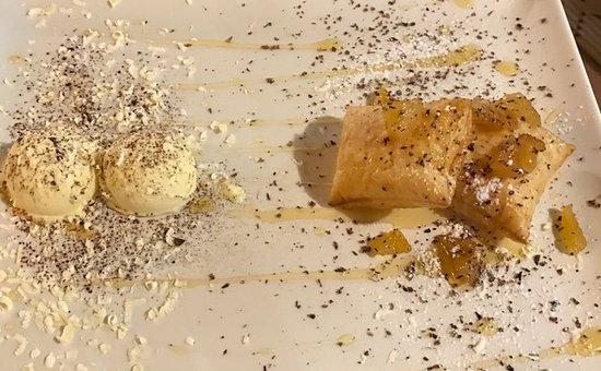 Vecchio Granaio: gelato all'uovo con sfoglia e mele caramellate