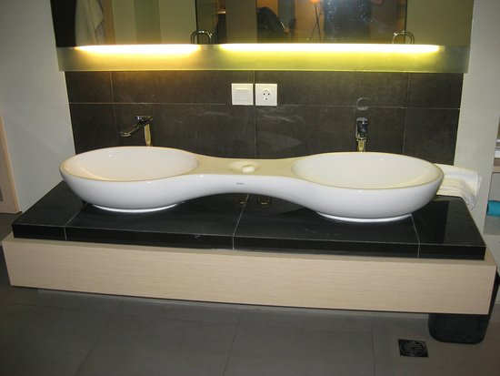 Swiss-Belinn Legian : double sink with a recess in the middle for soap