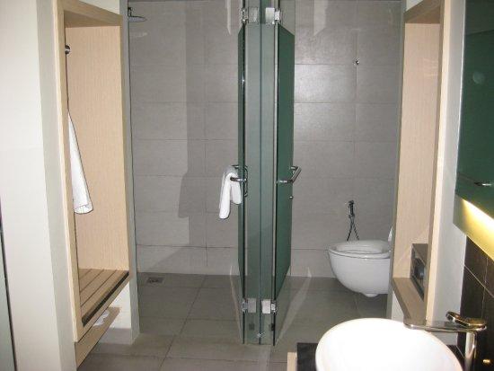 Swiss-Belinn Legian : shower on the left toilet on right