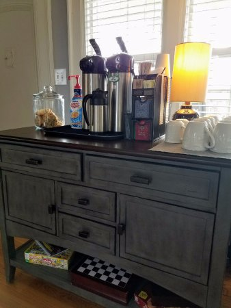 Nantucket Inn: Good arabica coffee on hand the livingroom.