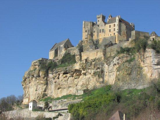 Beynac-et-Cazenac, Francia: Vue depuis le bas du village de Beynac