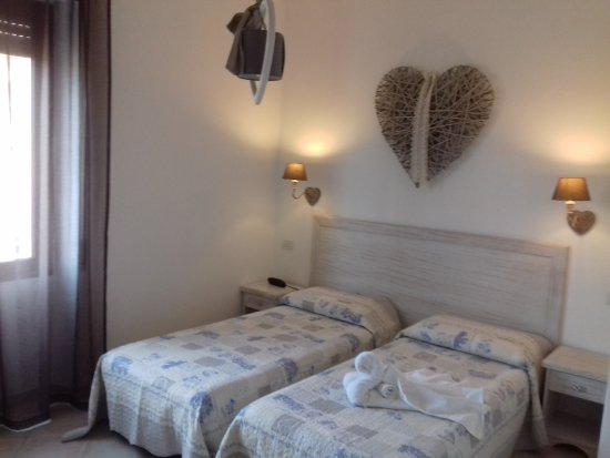 Camera doppia con letti separati - Bild von Hotel Tabby ...