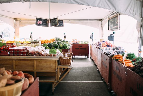 Abbotsford, Canadá: In the summer, Lepp Farm Market's produce section opens up under a tent out front