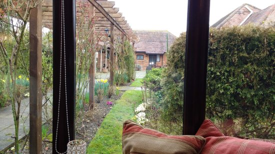Tarrant Monkton, UK: View from Conservatory to Bedrooms