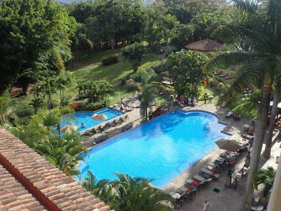 San Antonio De Belen, Costa Rica: Swinning pool and grounds