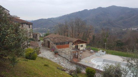 Borgo a Mozzano, Italy: Piscina e ristorante