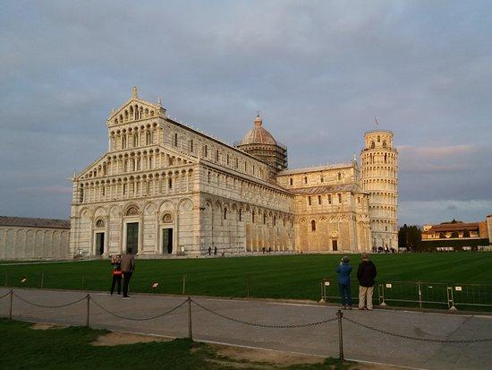 Asciano, Italia: Cattedrale di Pisa e Torre Pendente al tramonto