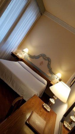 Pierre Hotel Florence: Habitación triple. Dispone de un confortable sofá cama.-